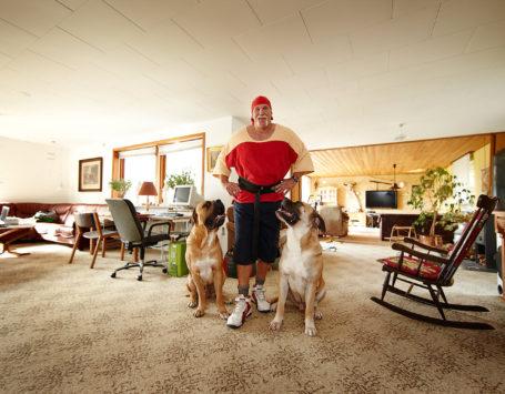 09.09.24. Ejerslev, Nykøbing Mors. Asbjørn Riis (wrestler) Hjemme hos. Living tillæg. Foto. Ole Mortensen/Tilsted.Com