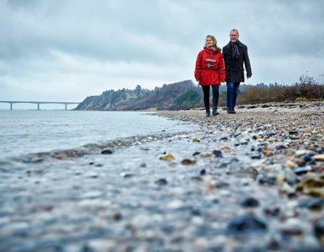Anette Kjær og Erling Lindgren har udgivet en ny CD. Her er de fotograferetmed Sallingsund broen i baggrinden lige som på CD coveret.