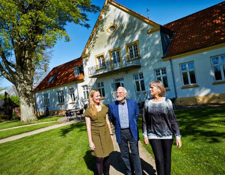 Arne Haugen Sørensen med sin kone Dorthe Steenbuch Krabbe og den ældste datter Caroline Krabbe. De udstiller for første gang sammen på Gimsing Hoved Kunst og Kulturcenter. Med på udstillingen er også den yngste datter Louise Krabbe. men hun var freværende da hun er højgravid.